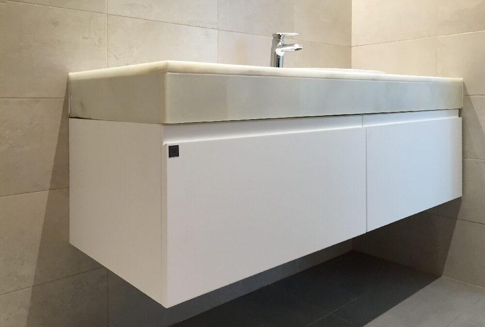 Mueble de baño colgado bajo lavabo acabado en laca blanca