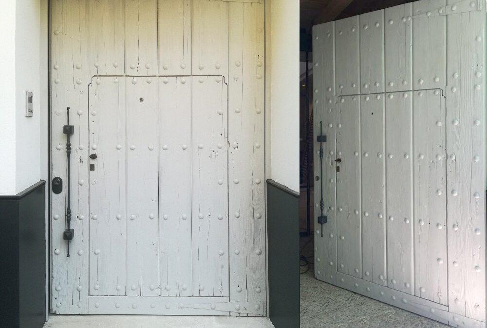 Puerta exterior pivotante a medida de madera reciclada de un antiguo Portón.
