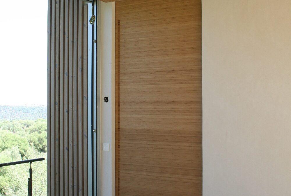 Puerta corredera de suelo a techo en Bambú