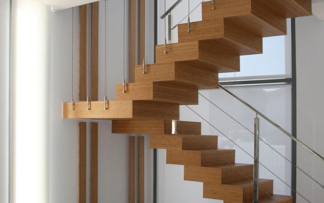 Escalera suspendida revestida en bambú, detalles de iluminación en bambú