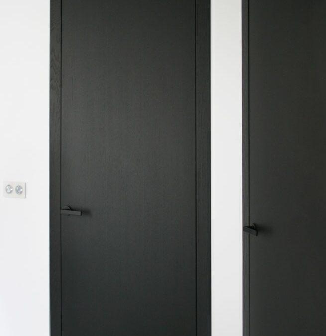 Puerta minimal door system en wengué y con cabezal