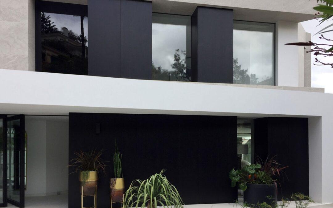 Revestimiento exterior de villa mediante paneles contrachapados fenólicos acabados en wengué