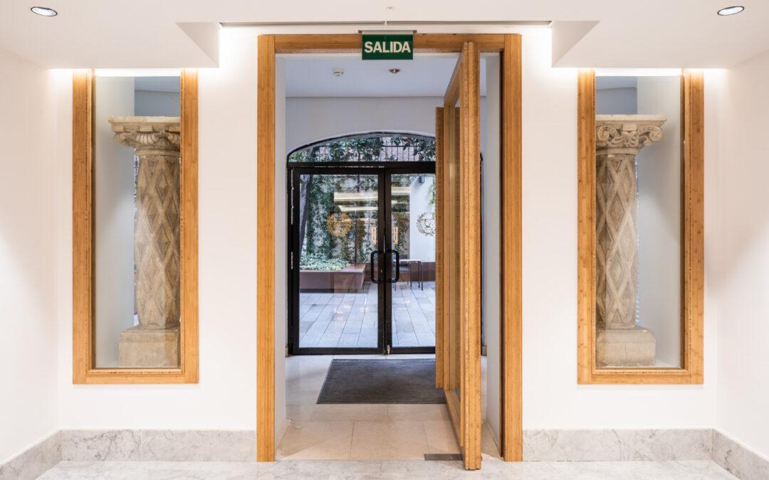 Puerta pivotante de madera de bambú