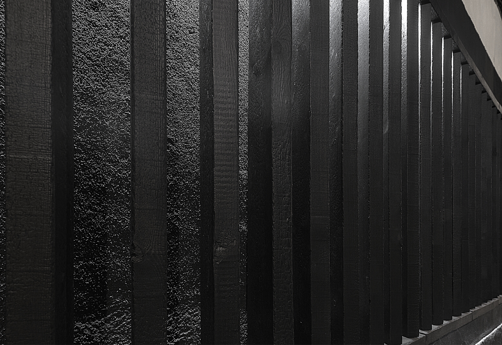 Acabado en lamas de pino carbonizadas para revestimiento exterior - Grupo Gubia