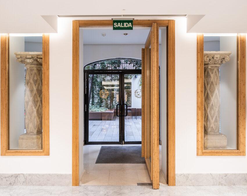 Versatilidad de puertas pivotantes en diseños contemporáneos